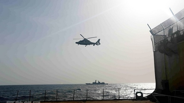 A ship-borne helicopter attached to the Chinese frigate Xuzhou flies close to the Chinese merchant ship Zhenhua 25. (mod.gov.cn/Photo by Zhang Qian)