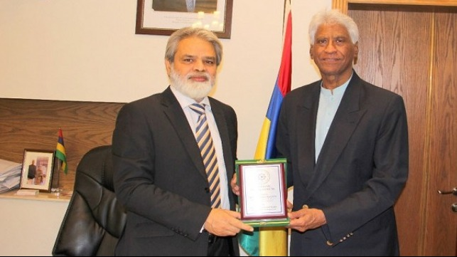 Dr. Syed Mohammed Anwer, President Maritime Study, Forum presenting shield to HE Soobadar Rashidally, Mauritian High Commissioner to Pakistan.